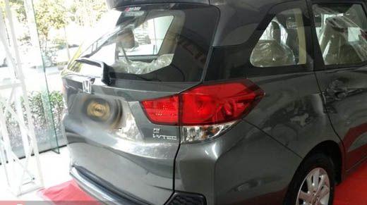 Ditinggal Apel Pagi, Mobil Pribadi Milik Anggota Polresta Pekanbaru Dirusak saat Parkir di Depan Toko Buku Jalan M Yamin
