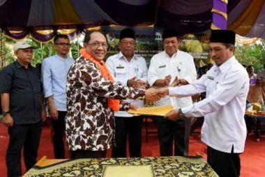 pejabat-kementerian-desa-turun-ke-desa-ara-inhil-serahkan-bantuan-alat-pengolah-kelapa