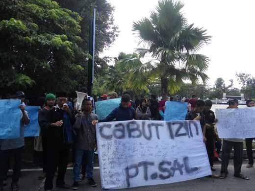 Ratusan Warga Desa Pungkat Datangi Kantor Bupati Inhil, Tuntut Pencabutan Izin PT Setia Agrindo Lestari