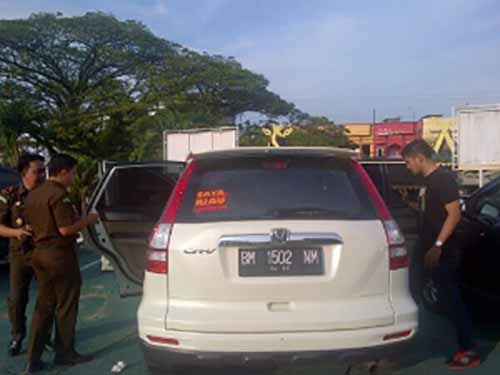Meski di Kaca Belakang Ada Stiker Slogan Balon Gubernur Riau, Penyidik Tetap Menyita Mobil Mewah Milik Tersangka Pembangunan Tower Internet di Inhu