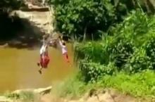 demi-hemat-waktu-berangkat-ke-sekolah-murid-sd-di-kampar-menyeberang-sungai-pakai-keranjang-terbang