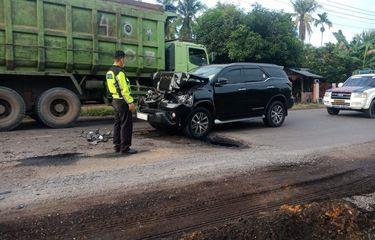 Mobil yang Ditumpangi Bupati Merangin di Jambi Tabrak Truk Batu Bara, sang Kepala Daerah Dilarikan ke Rumah Sakit