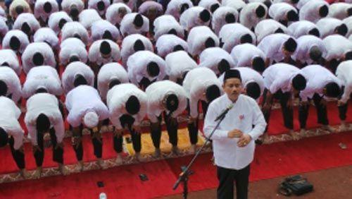 Sekdaprov Riau Ahmad Hijazi Jadi Imam Salat Ashar untuk Ribuan PNS di Lapangan Stadion Utama