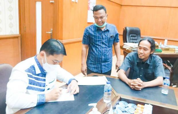 Dokumen Perjanjian Masyarakat Desa Pantairaja Kampar dengan PTPN V Diserahkan ke Pimpinan DPRD Riau