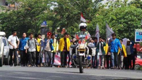 Mahasiswa Peserta Demo 121 Bergerak, Gerbang Kantor DPRD Riau Jalan Jenderal Sudirman Pekanbaru Ditutup dan Dijaga Ketat Aparat