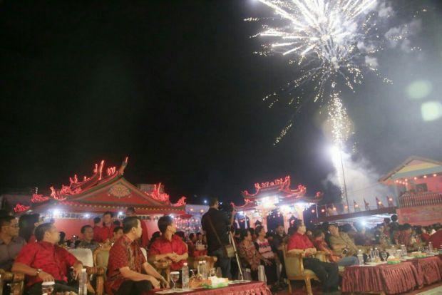 "Saat Bupati Siak Syamsuar Nyanyi Lagu ""Fatwa Pujangga"" di Hadapan Etnis Tionghoa"