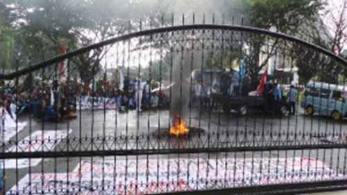 Aksi Unjuk Rasa Mahasiswa Riau Terus Berlangsung meski Diguyur Hujan, Ruas Jalan Depan Mapolda Riau Diblokir