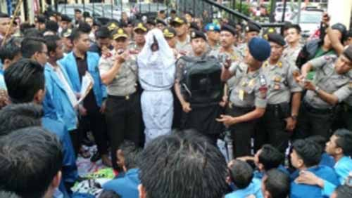 Unjuk Rasa Mahasiswa Riau yang Nyaris Memanas Akhirnya Mereda setelah Kapolda Datang dan Teken Pakta Integritas yang Disodorkan Massa di Bawah Guyuran Hujan