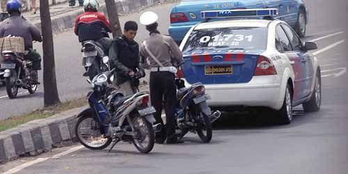 Tak Patuh Aturan Lalu Lintas, Polisi Ini Ditilang Temannya Sendiri pada Operasi Patuh Siak di Kuansing