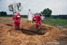 penggali-kubur-jenazah-covid19-di-pekanbaru-bekerja-tak-mengenal-waktu-subhan-kalau-insentif-belum