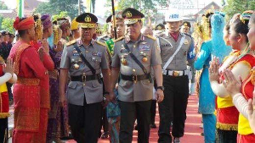 Tiba di Pekanbaru, Wakapolri Disambut dengan Tradisi Tepuk Tepung Tawar