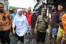 kala-mensos-khofifah-terjang-banjir-hampir-selutut-demi-membantu-warga-di-kampar