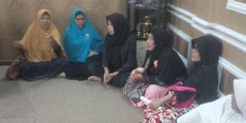 Tagih Uang, 14 Calon Jemaah Umrah Duduki Kantor Travel Pentha di Jalan Panda Pekanbaru