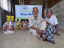 kakek-87-tahun-yang-masih-bekerja-sebagai-pedagang-asongan-di-pekanbaru-kaget-ada-donatur-tak