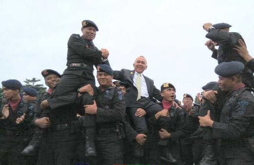 Begini Ekspresi Gubernur Riau Arsyadjuliandi Rachman Digendong Sambil Diarak Pasukan Brimob