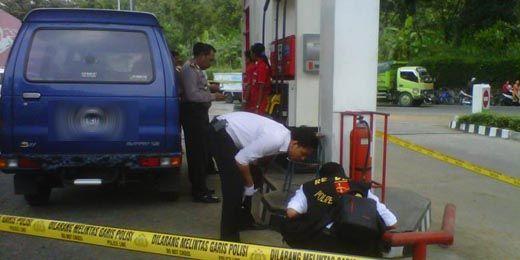 Mengerikan, Perampok Bersenjata Api Beraksi pada Siang Bolong di SPBU Airmolek Inhu