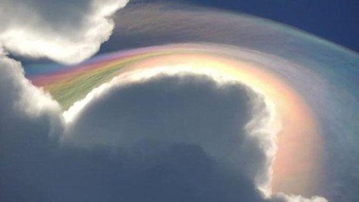 Saat Warga Terpesona Awan Pelangi di Langit Pekanbaru