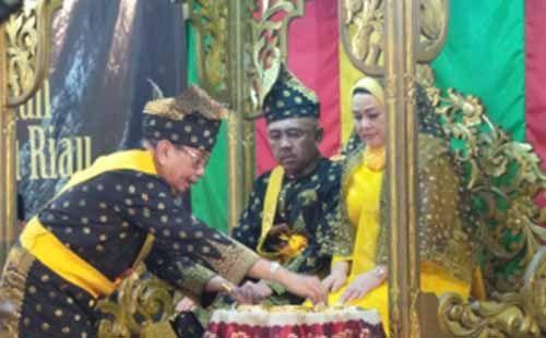Resmi Sandang Gelar Datuk Seri Setia Amanah, Gubernur Riau Arsyadjuliandi Bergegas Temui Massa Suku Sakai yang Lagi Demo di Kantornya