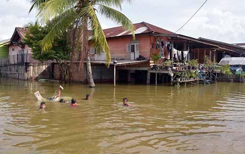 Diterjang Banjir Bandang, Empat Jembatan Putus di Kampar, Bantuan Belum Tiba