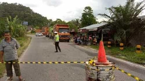 Jembatan Riau-Sumbar di Desa Merangin Kampar Nyaris Ambruk, Truk dan Colt Diesel Belum Bisa Melintas