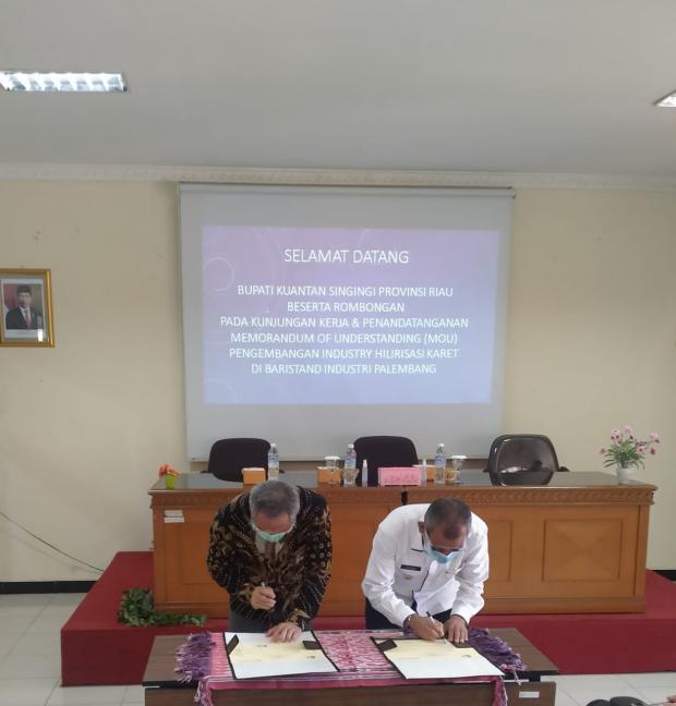 Demi Kembangkan Usaha Pengolahan Karet di Kuansing, Bupati Mursini Teken MoU dengan Badristand Industri Palembang