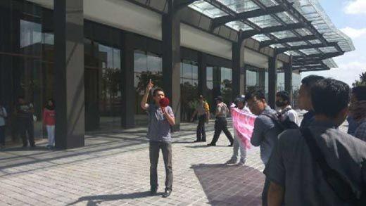 Diduga Masih Bermasalah, Ratusan Massa Gempur Tuntut Transaksi Jual Beli Unit Condotel Pekanbaru Park di Jalan Sudirman Dihentikan