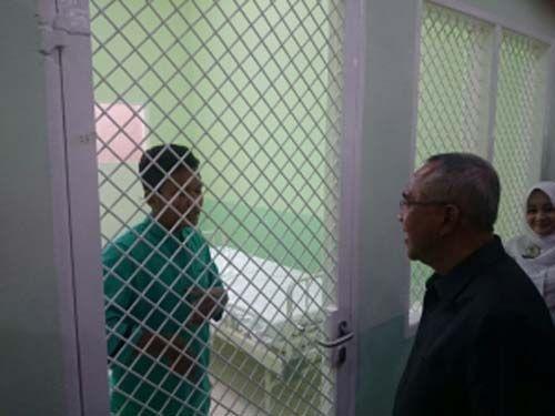Ketika Gubernur Riau Arsyadjuliandi Rachman <i>Ngobrol</i> Bahasa Inggris dengan Pasien Rumah Sakit Jiwa