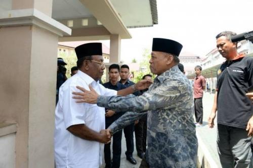 Perhatikan! Ekspresi Wagub Riau Thamrin Hasyim Ketika Jabat Tangan dengan Mantan Ketua DPRD Johar Firdaus di Rutan Sialangbungkuk