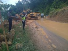 para-pengendara-berhatihatilah-ada-jalan-longsor-di-kilometer-78-desa-merangin-kecamatan-kuok