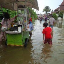 di-tengah-banjir-rezeki-warga-sekitar-mesjid-jami-airtiris-kampar-tetap-mengalir-daripada-diam