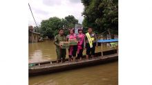 melihat-aksi-polisi-pinky-yang-rela-naik-turun-perahu-membantu-korban-banjir-di-siak-hulu