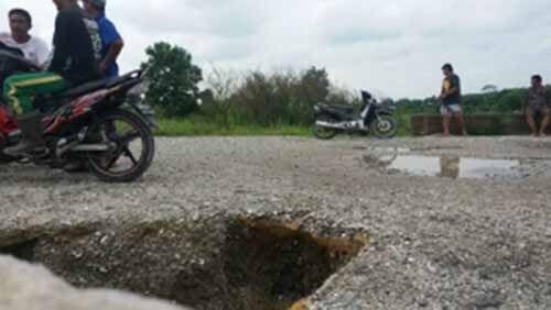 Jalan Lingkar Duri Barat di Balairaja Kecamatan Pinggir Bengkalis Amblas Sedalam 1,5 Meter