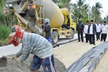 tak-mau-dengar-laporan-abs-bupati-inhil-tinjau-proyek-pembangunan-jalan-di-kecamatan-gas-dan-batang