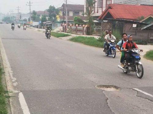 Jalan Provinsi Berlubang di Kota Duri Sudah Setahun Dibiarkan, Warga: Apa Harus Menunggu Memakan Korban Jiwa, Baru Diperbaiki?