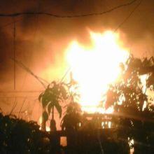 tujuh-rumah-di-jalan-semampau-kota-tembilahan-terbakar-jelang-subuh-tadi-warga-panik-dan