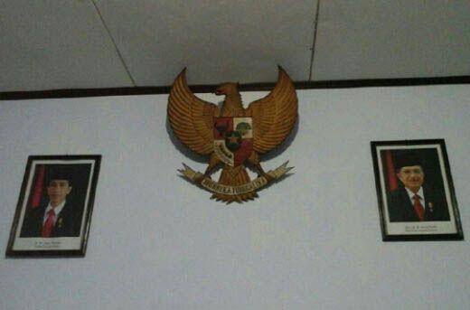 Perhatian! Kalau Menemukan Foto Jokowi-JK dengan Latar Bendera Merah seperti Ini, Gantilah Segera…