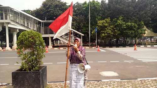 """Berjalan Kaki dari Riau, Nenek Endang Seorang Diri Menuntut Keadilan di KPK karena Mengaku Selama 18 Tahun """"Dikadali"""" Oknum Anggota DPRD Rohil"""
