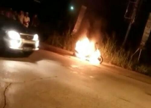 Sepeda Motor Terbakar Saat Dikendarai Pemiliknya di Simpang Polsek Mandau Bengkalis