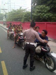 kisah-suku-anak-dalam-jambi-yang-ngungsi-karena-asap-dan-kesasar-di-pekanbaru-satu-motor-dinaiki
