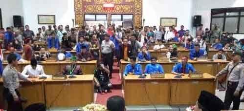 Ratusan Mahasiswa Berhasil Menerobos Masuk Ruang Rapat Kantor DPRD Kota Dumai
