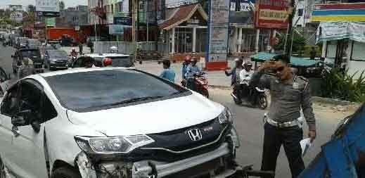 Kecelakaan Karambol di Jalan Lembaga Pemasyarakatan Pekanbaru, Seorang Pemotor Patah Tulang Hidung Diseruduk Mobil