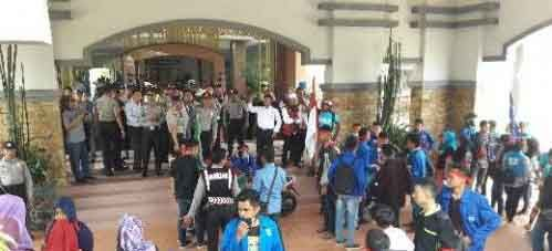 "Ratusan Mahasiswa Lintas Organisasi Unjuk Rasa di Kantor Wali Kota Dumai, PNS ""Berhamburan"""