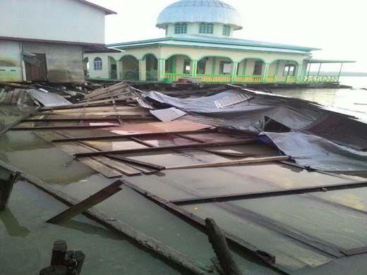 Diterjang Longsor, Sejumlah Rumah di Kuala Enok Inhil Hanyut ke Laut saat Penghuninya Tidur Pulas