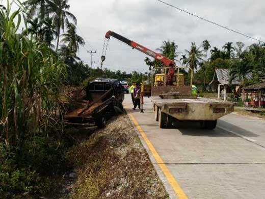 L300 Bermuatan 200 Kampit Bawang Merah Terjun ke Parit Desa Temeran Bengkalis
