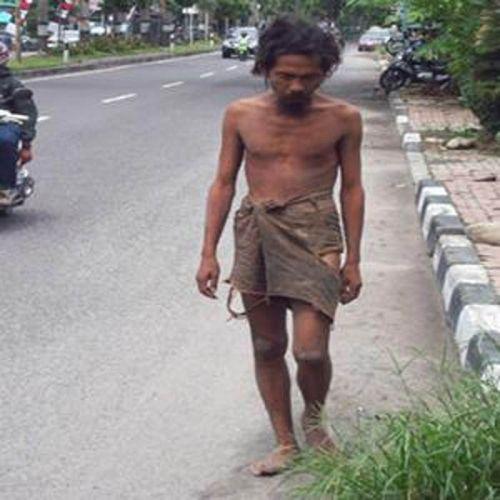 """Makin Banyak Saja di Bagansiapiapi Orang Berpakaian """"ala Kadarnya"""", Kadang ke Mana-mana Bawa Kayu..."""