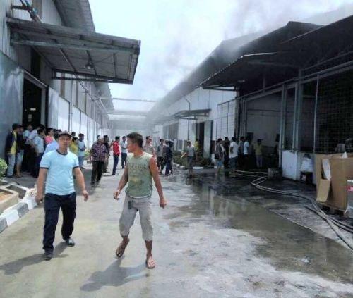 Gudang Pabrik Percetakan Kertas di Desa Tanahmerah Kampar Terbakar, 2 Orang Terluka