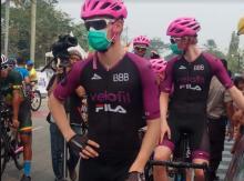 etape-kedua-itour-de-siaki-2019-diperpendek-karena-kabut-asap-pembalap-masih-pakai-masker