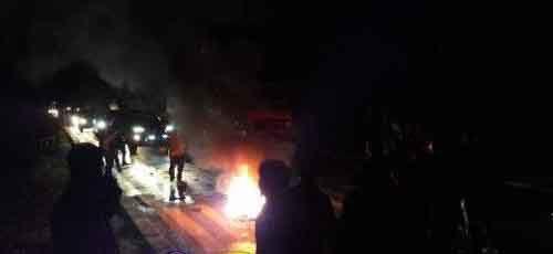 Demo hingga Malam Hari, Ratusan Mahasiswa Jalan Soekarno-Hatta Dumai dengan Membakar Ban Bekas