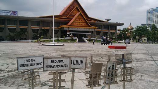 Sampah Berserakan di Halaman Kantor Gubernur Riau Sudah Dibersihkan
