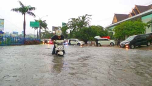 "Hujan Deras Ubah Kawasan Depan Rumah Sakit Awal Bros Jalan Sudirman Pekanbaru Jadi ""Laut"""